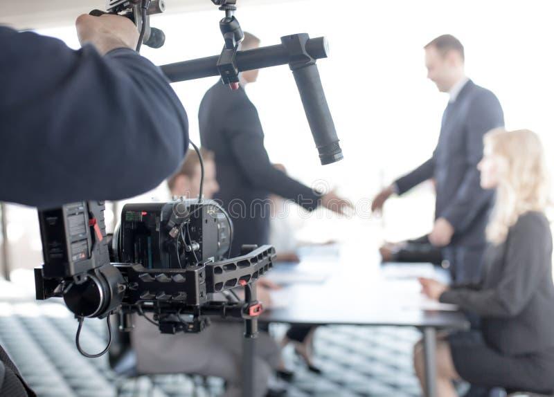 Videographer, das Video von den Geschäftsleuten herstellt lizenzfreie stockfotografie