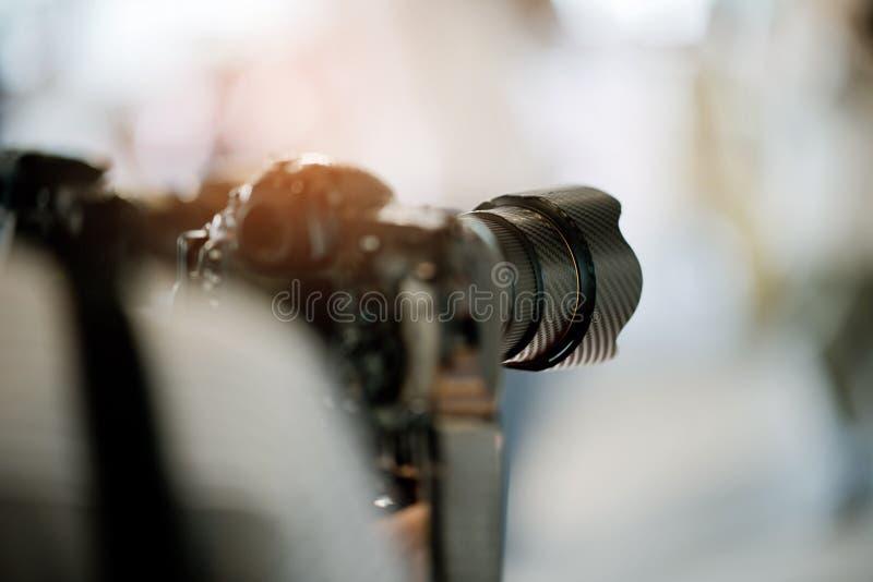 Videographer dichte omhooggaand, cameraman, film, mens met camera, film, professionele camera royalty-vrije stock foto's