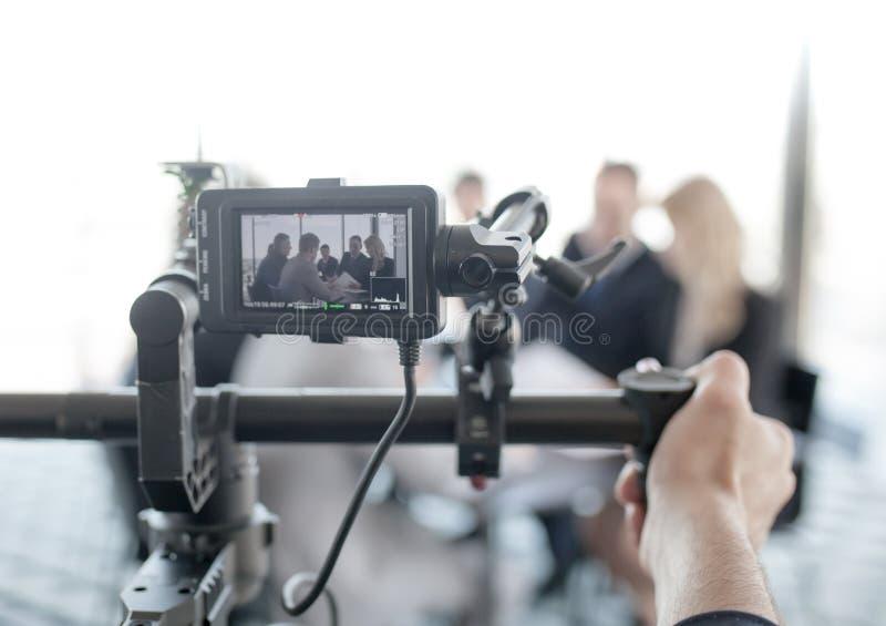 Videographer die video van bedrijfsmensen maken royalty-vrije stock fotografie