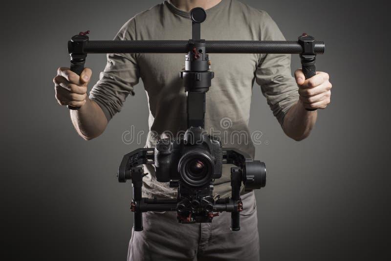 Videographer professionale con lo slr del video del gimball fotografie stock