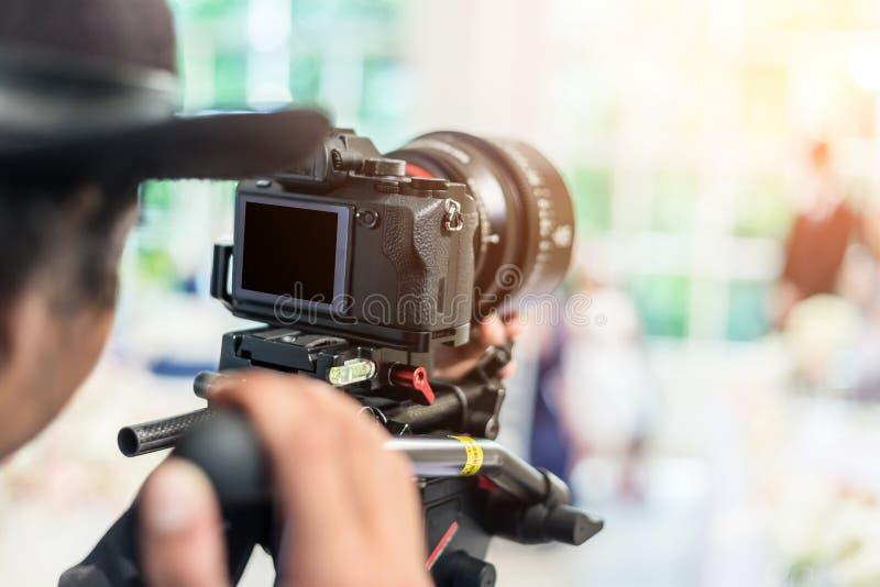 Videographer toma la cámara de vídeo con la pantalla en blanco fotografía de archivo libre de regalías