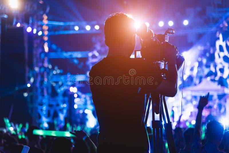 Videographer video da câmera da produção do tiro do operador cinematográfico imagens de stock royalty free