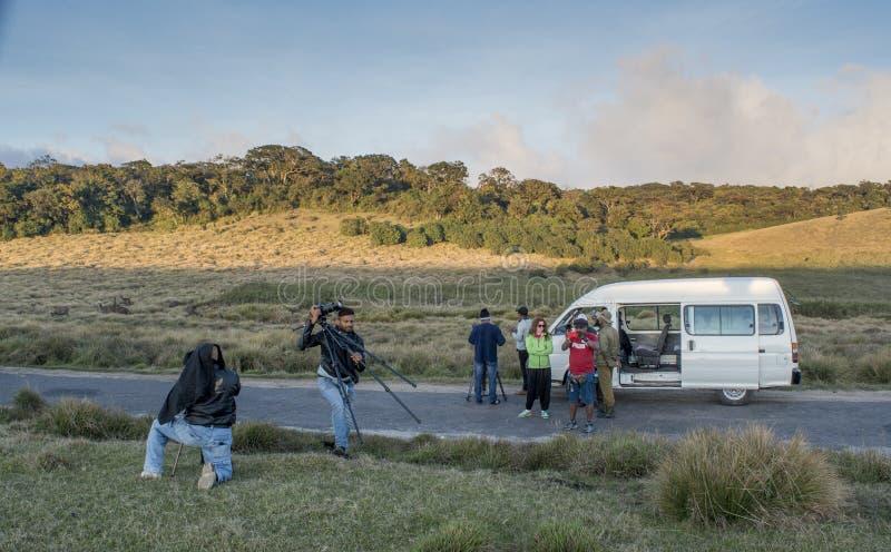 Videographers que hace el lanzamiento para el vídeo documental imagen de archivo