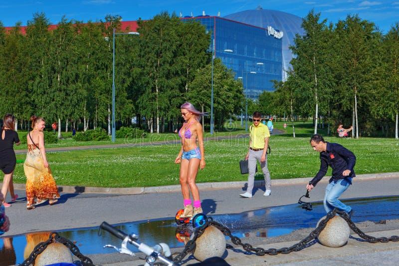 Videographervideobanden het meisje dat een gyroscooter berijdt stock foto's