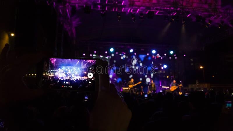 Videoinspelning av en konsert på en smartphone royaltyfria bilder