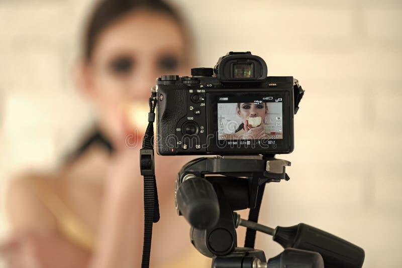 Videoinspelningprocess Tillbaka sida för kamera med bild av flickan på skärmskärm fotografering för bildbyråer