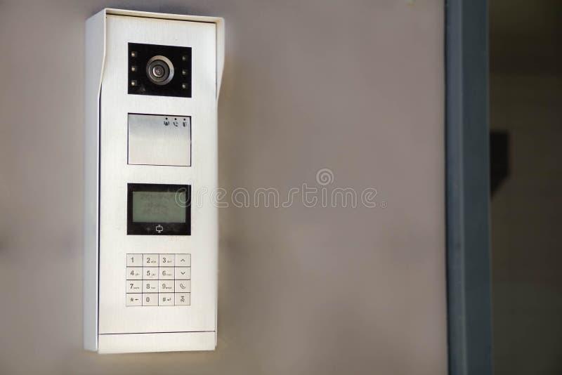 Videointercomvertoning dichtbij de ingangsdeur Het concept veiligheid royalty-vrije stock foto's