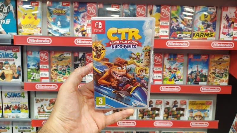 Videojuego de Team Racing Nitro Fueled del desplome en la consola del interruptor de Nintendo en tienda fotos de archivo libres de regalías