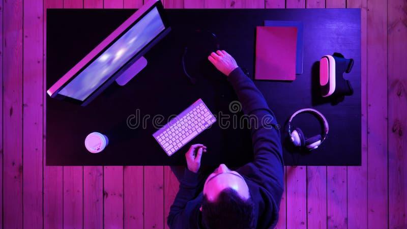 Videojugador profesional que consigue listo para fluir fotos de archivo