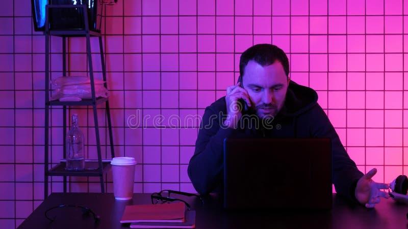 Videojugador que hace una llamada imagen de archivo