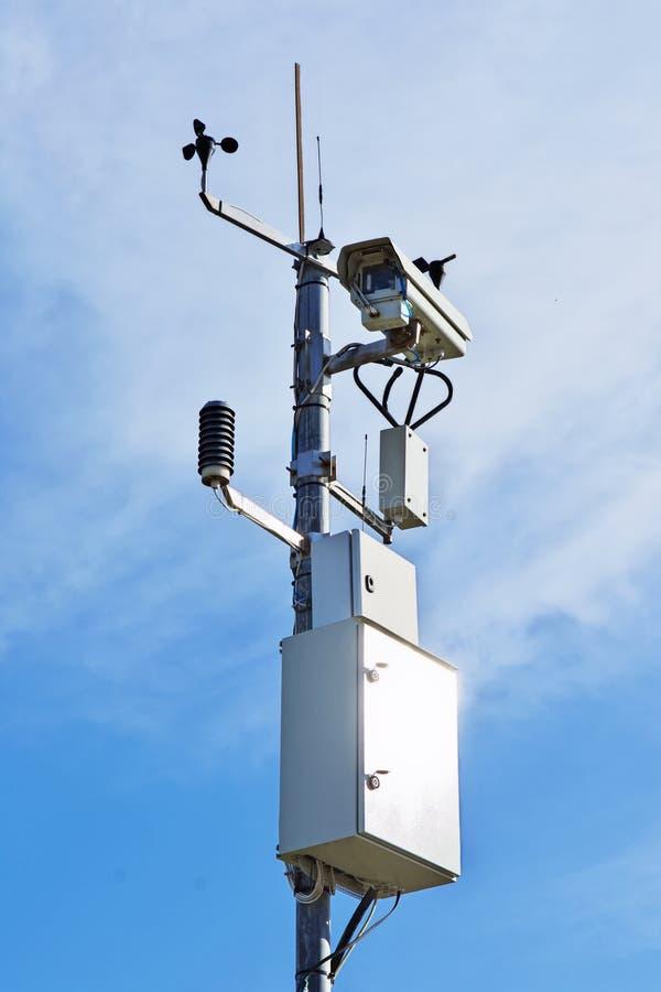 Videokamera für die Überwachung von Verkehrsverhältnissen stockbild