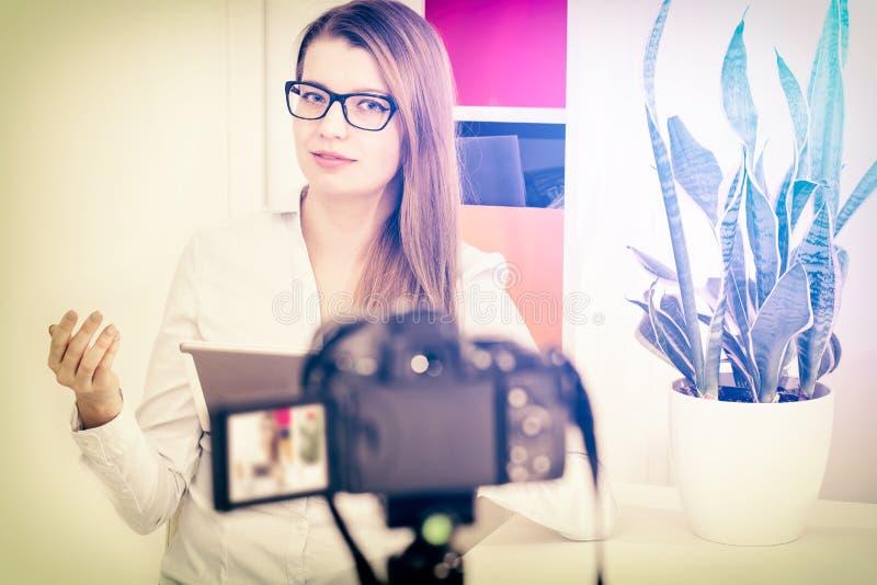 Videokamerablogginspelning Vlog bloggerkvinna royaltyfri bild