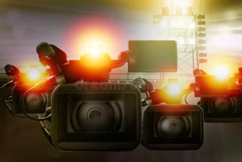videokameracamcorder i stadion för framställning av sportnyheterna royaltyfri foto