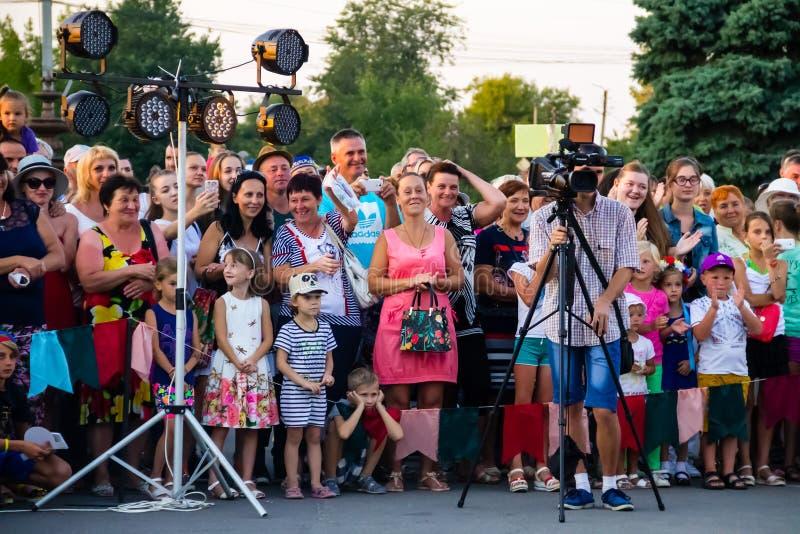 Videokameraoperatör som arbetar med hans yrkesmässiga utrustning royaltyfria foton