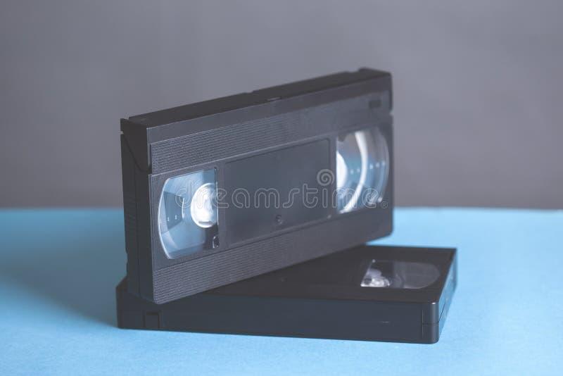 Videokassette auf Tabelle stockbild