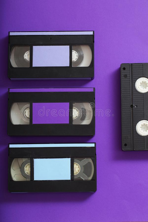 Videokassette auf violettem Hintergrund lizenzfreie stockfotos