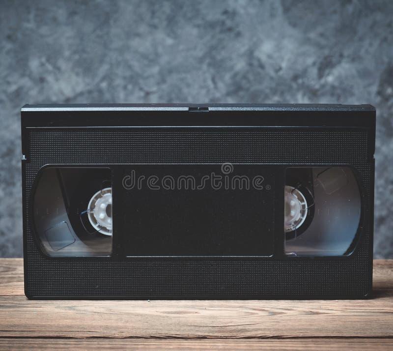 Videokassettennahaufnahme auf einem hölzernen Regal lizenzfreie stockfotos