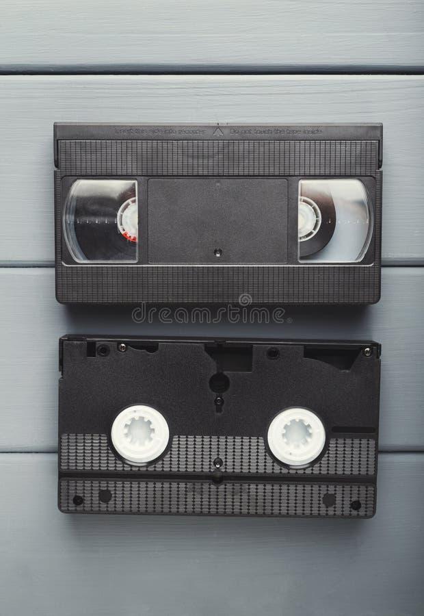Videokassetter på grå träyttersida baksidt past till royaltyfri foto