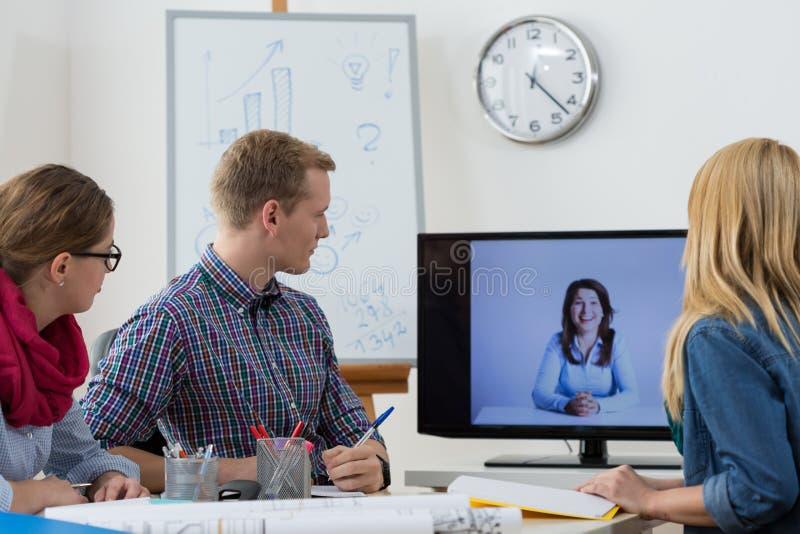 Videokonferens med framstickandet royaltyfria foton