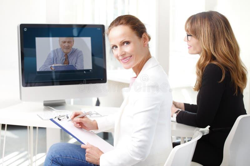Videokonferenzsitzung lizenzfreies stockbild