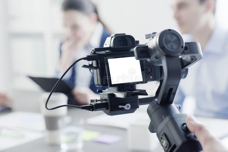 Videomaker professionnel tirant une vidéo image libre de droits