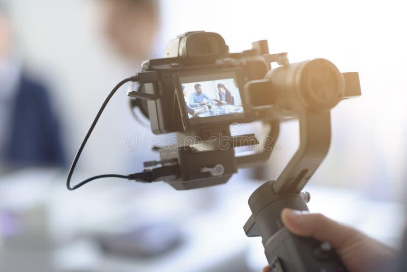 Videomaker professionnel tirant une vidéo image stock