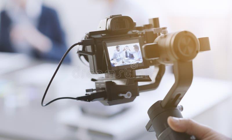 Videomaker professionnel tirant une vidéo photographie stock