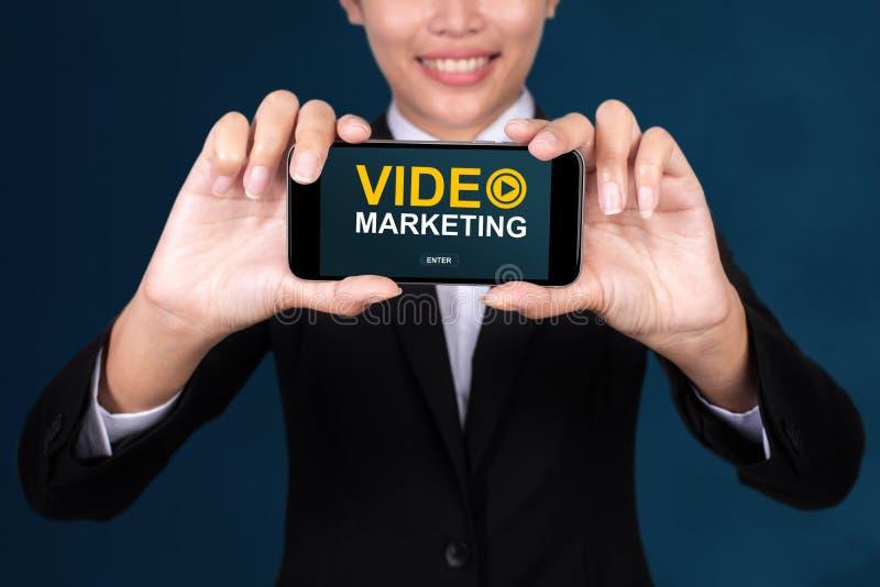 Videomarketing-Konzept, glückliches Geschäftsfrau Show-Textvideo Mrz stockbild