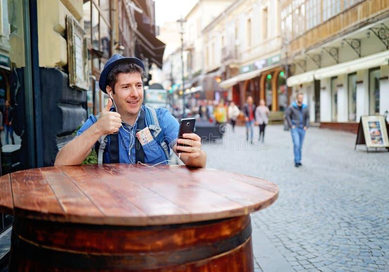 Videoplaudern am intelligenten Telefon Unrecognisable Leute, die hinten auf die Straße gehen stockfotografie