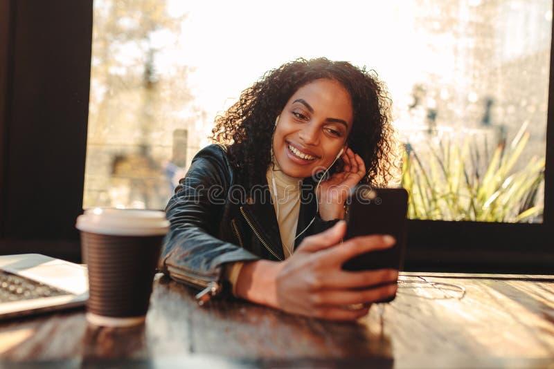 Videopn prata för kvinna på mobiltelefonen arkivfoton