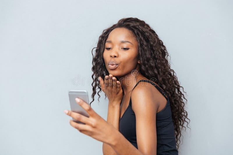 Videopn prata för kvinna på smartphonen arkivbild
