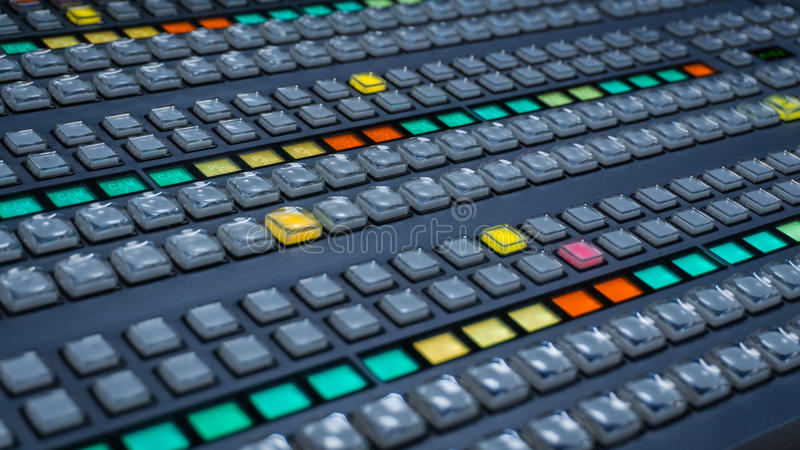 Videorangierlok mit vielen Farbknöpfen stockfotografie