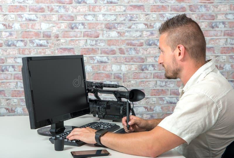 Videoredacteur met computer en professionnalvideocamera royalty-vrije stock afbeelding
