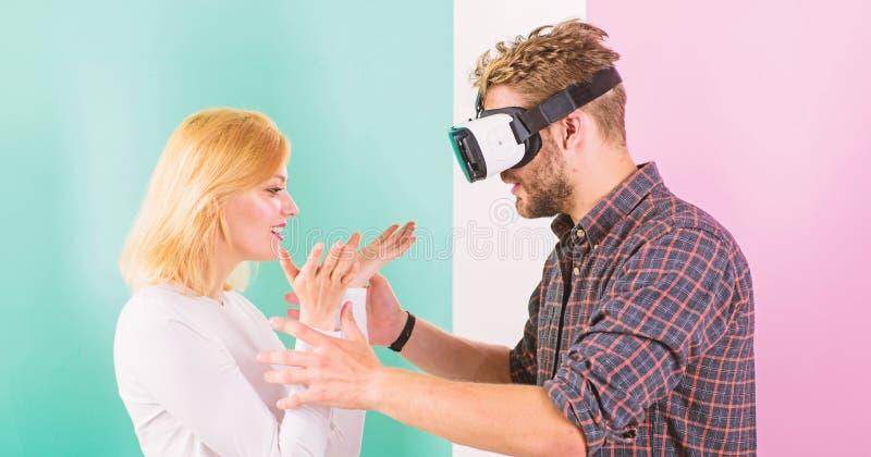 Videospiel gefangengenommene Fantasie des Kerls Frauversuche, zum er zurück in wirkliches Leben zu helfen Beteiligtes Videospiel  lizenzfreies stockbild
