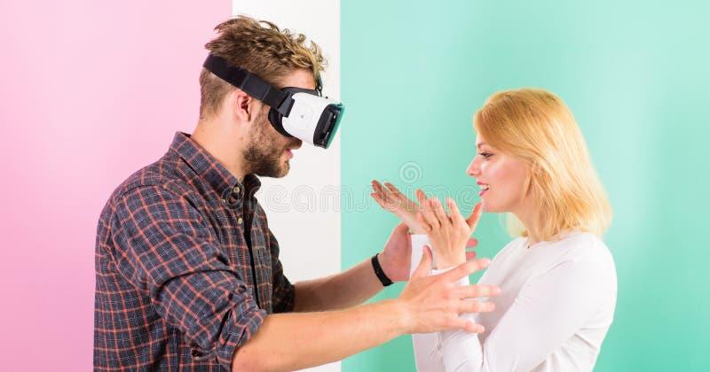 Videospiel gefangengenommene Fantasie des Kerls Frauversuche, zum er zurück in wirkliches Leben zu helfen Beteiligtes Videospiel  lizenzfreies stockfoto
