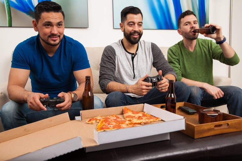 Videospiele heraus hängen und Spielen stockfotografie