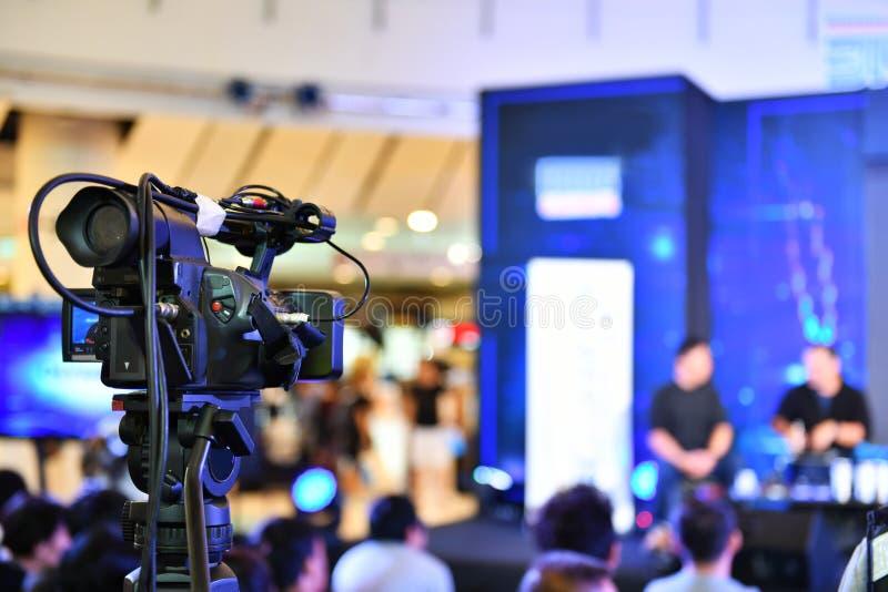 Videotelevisiecamera's die op een rij uitzenden stock afbeelding