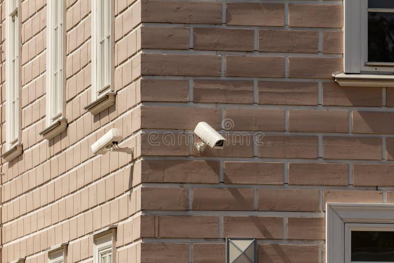 Videotoezichtcamera's bij de hoek van het gebouw royalty-vrije stock foto's