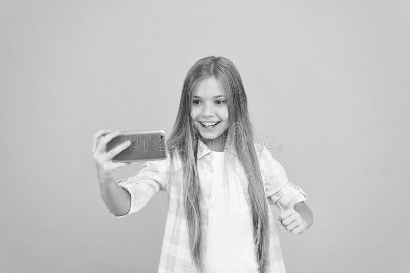 Videovraagconcept Smartphone die van de meisjesgreep selfie nemen Selfie voor sociale netwerken Het stromen online of het schiete stock foto