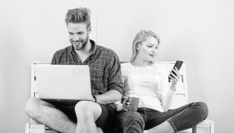 Videovraagkans Laptop en smartphone van het mensenmeisje Mededeling zonder barri?res Blijf overal in contact mobiel stock afbeelding