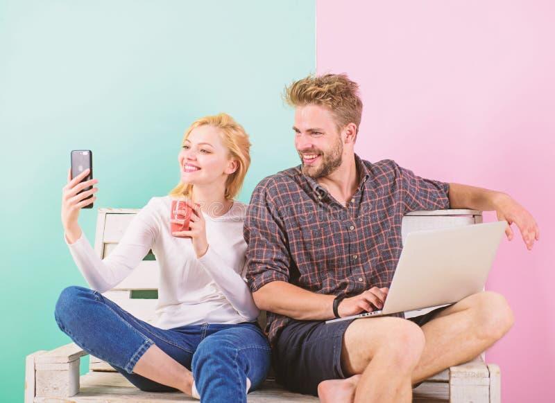 Videovraagvoordelen Mededeling zonder barrières Blijf overal in contact mobiele moderne de technologievideo van Internet stock foto