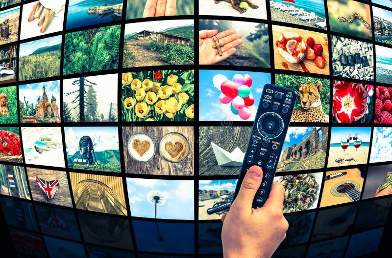 Videowand der großen Multimediasendung mit Fernbedienung stockbild