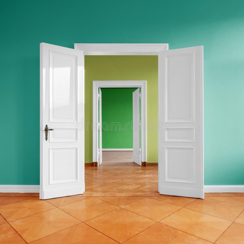 Videz à plat avec la porte ouverte, reliant des salles après rénovation photos stock