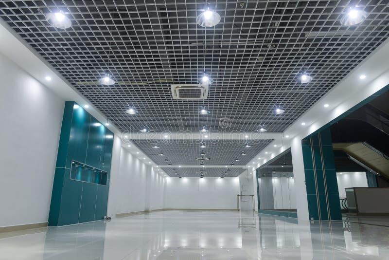 Videz l'intérieur de magasin du centre commercial commercial moderne photos stock