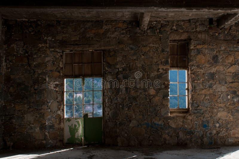 Videz la chambre d'hôtel rampante abandonnée photos stock