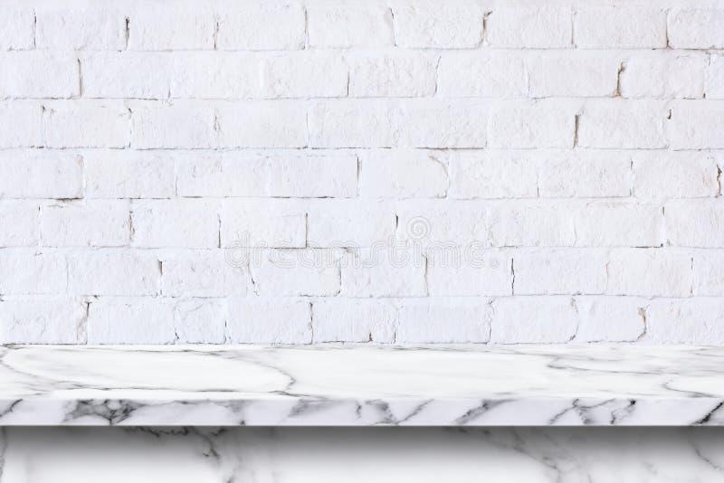 Videz la table de marbre blanche sur le fond blanc de mur de briques photos libres de droits