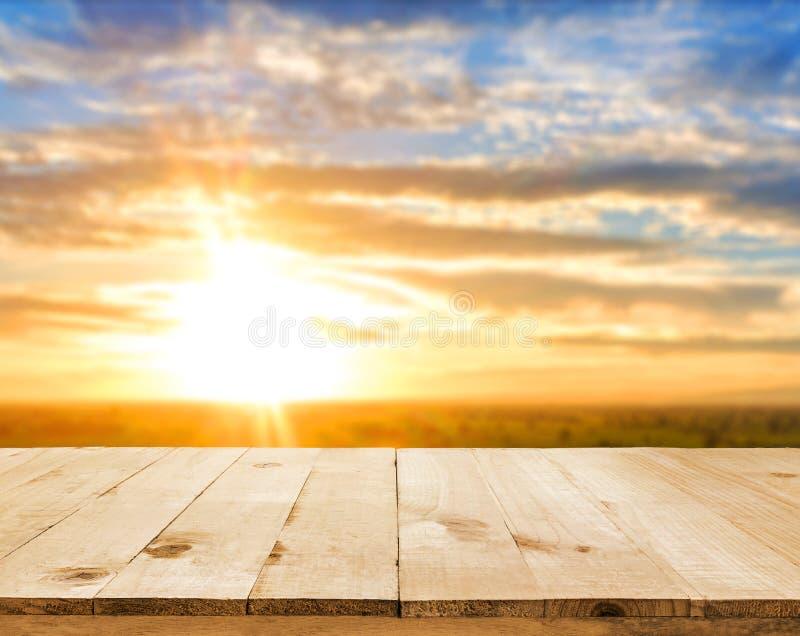 Videz la table en bois avec le bokeh de jardin pour une restauration ou un dos de nourriture photographie stock libre de droits