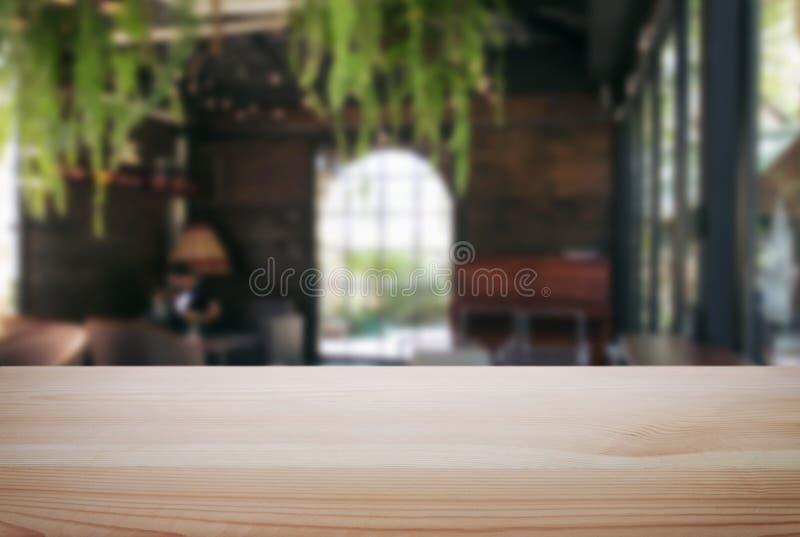 Videz la table en bois et brouillez le fond du résumé devant r images stock