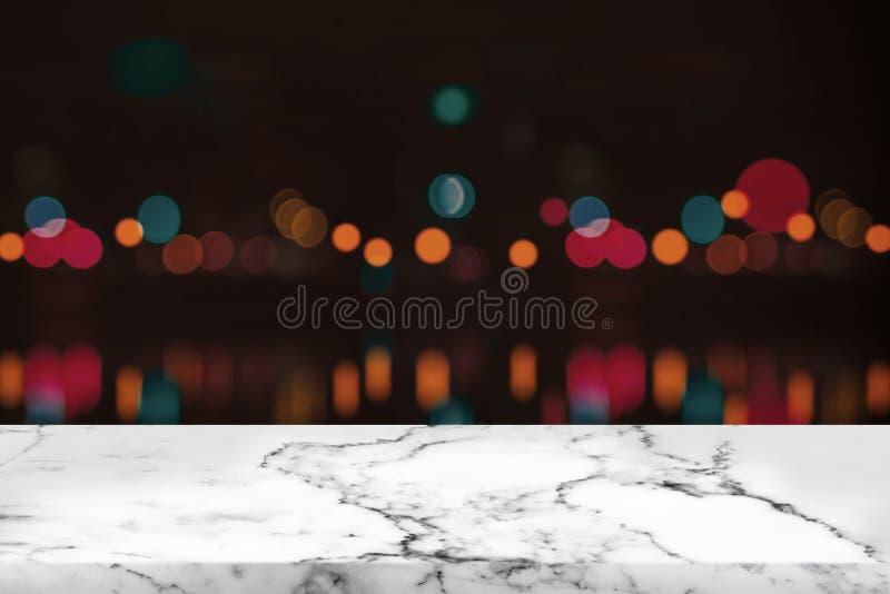 Videz la table et le bokeh de marbre blancs à la lumière de nuit photos stock