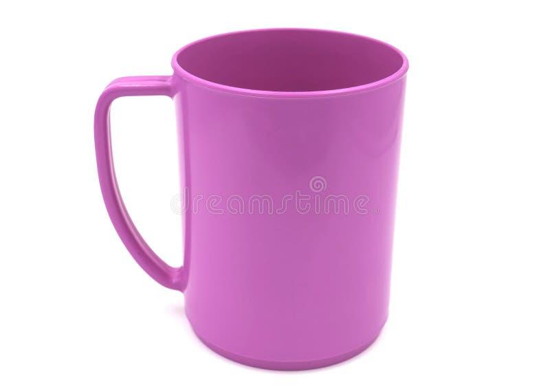 Videz la tasse en plastique rose d'isolement sur le fond blanc du dossier avec le chemin de coupure image stock